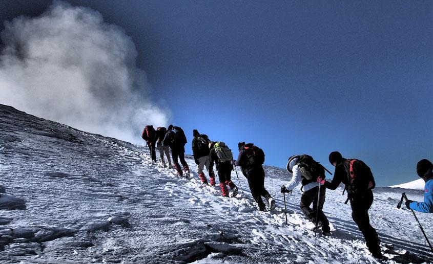 Trekking Etna salita al cratere innevato