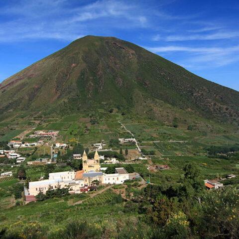 Vista su Val di chiesa e Fossa delle Felci da Monte dei Porri a Salina