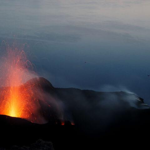 Trekking in Sicilia. Eruzione del vulcano di Stromboli